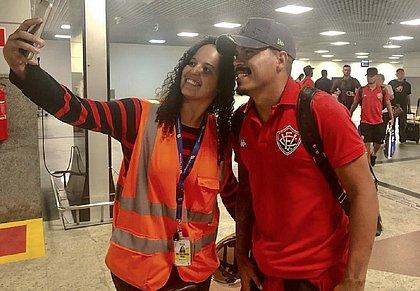 Funcionária do aeroporto faz selfie com Thiago Carleto