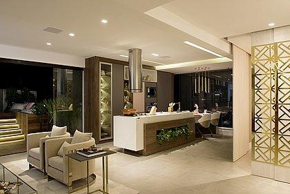 O ambiente foi desenvolvido para um casal prático e moderno, que aprecia bons momentos em casa na companhia de amigos