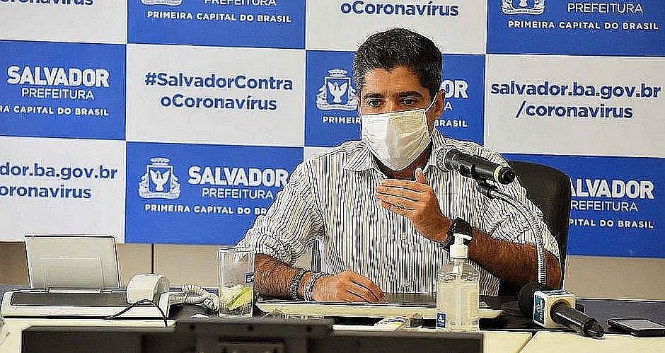 Neto reafirma defesa da democracia após provocação de Carlos Bolsonaro