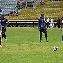 Gilberto, de pênalti, marca o segundo gol do Bahia sobre o Altos