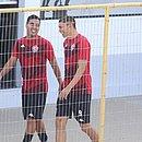Alisson Farias (esquerda) e Júnior Viçosa conversam na reapresentação