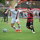 Diego e Danilinho disputam a bola no Barradão. Flamengo sai vitorioso