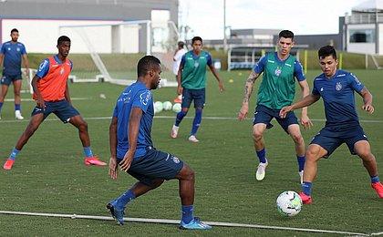 De volta aos treinos, Mano testa opções no time titular do Bahia