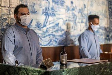 Funcionários seguem protocolos na recepção do hotel