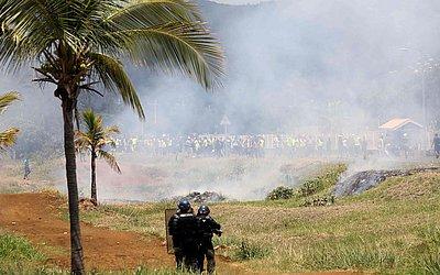 """Manifestação dos """"coletes amarelos"""" (Gilets jaunes em francês) em confronto com a polícia de choque em Le Port, no quinto dia do movimento nacional contra o aumento dos preços do óleo e combustível."""
