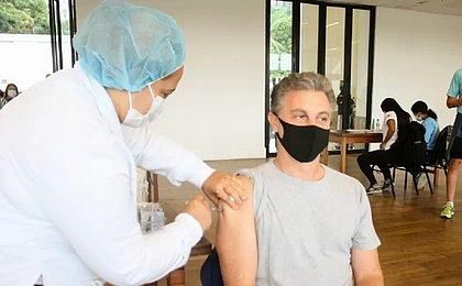 Luciano Huck é vacinado contra a covid-19: 'Orgulho de ser brasileiro'