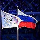 Bandeiras dos Jogos Olímpicos e da Rússia hasteadas durante a Olimpíada de Inverno Sochi-2014