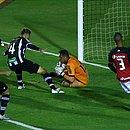 Sidão, do Figueirense, faz uma defesa durante o jogo contra o Vitór