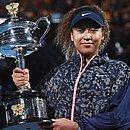 A tenista japonesa Naomi Osaka exibe a taça do Aberto da Austrália