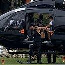 Neymar chegou de helicóptero e se apresentou à Seleção