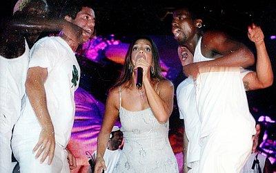 Em 2003, ela entrou com look branco e começou a animar o público com De Ladinho