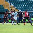 Barroca, ao fundo, observa lance do jogo entre Vitória e Chapecoense