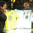 Maradona e Pelé trocam camisas de Brasil e Argentina