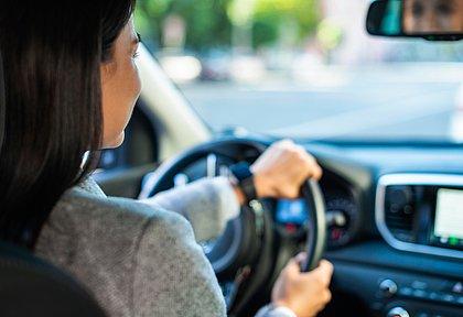 As mulheres ainda são minoria no trânsito, mas elas são mais prudentes que os homens. Um dos reflexos disso é o menor preço do seguro do carro