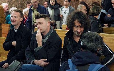 Philippe Cotin, Paul Bertrand Wendling e Olivier Savignac, vítimas de abusos sexuais do ex-abade  Pierre de Castelet esperam o início do julgamento no Tribunal de Orleans, França