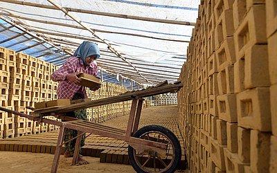 Fábrica de tijolos em Naypyidaw, Mianmar.