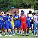 Enderson Moreira e diretor de futebol Diego Cerri conversam com elenco do Bahia no Fazendão