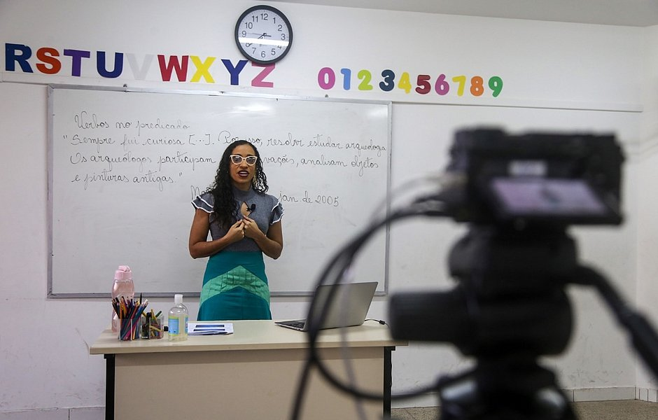 Videoaulas na rede municipal de Salvador começam nesta terça (30)