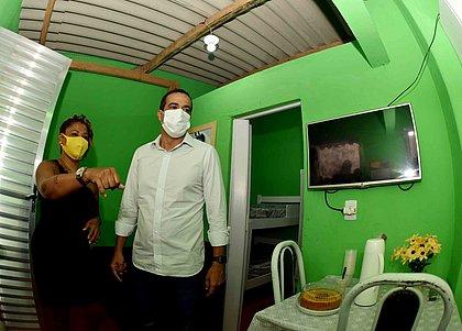 Bruno Reis visita uma das casas após reforma