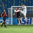 Kannemann em ação no empate diante do Atlético-GO