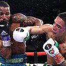 Robson, à esquerda, durante a luta contra Oscar Valdez
