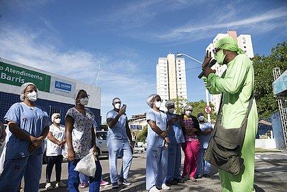 Com música e emoção, grupo homenageia profissionais em unidades de saúde de Salvador