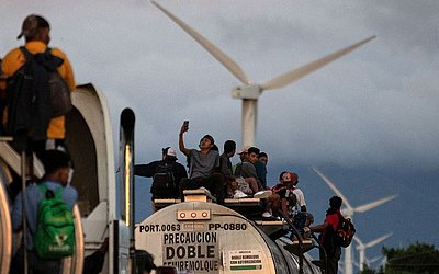 Caminhão transporta migrantes centro-americanos em direção aos EUA, atravessa um parque eólico no caminho de Santiago de Niltepec a Juchitan, perto da cidade de La Blanca, no estado de Oaxaca, no México.