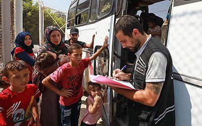 Refugiados sírios se preparam para deixar a capital libanesa, Beirute,e retornar para casa.