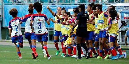 Tricolores comemoram o primeiro gol do jogo na Fonte Nova