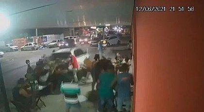 Condutora que atropelou clientes de bar em Feira não tem CNH e bebeu antes de dirigir
