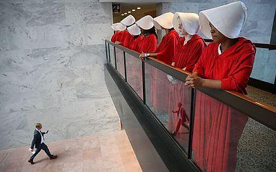 """Manifestantes vestidas como a série """"Handmaid tales"""", protestam fora da sala de audiência onde  Brett Kavanaugh , indicado pelo Presidente Trump, será nomeado para o Supremo Tribunal."""