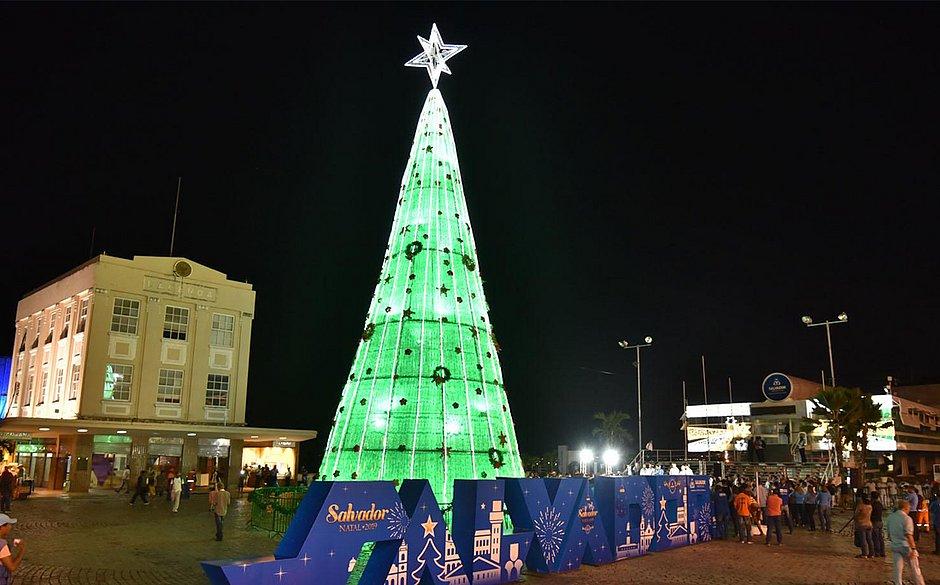 Salvador bate recorde e tem maior árvore de Natal de garrafas pet do país