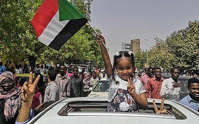 Sudaneses comemoram a queda do Presidente Omar al-Bashir na capital, Khartoum.