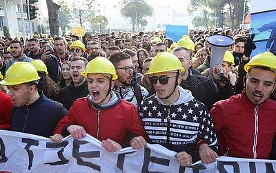Milhares de estudantes de universidades públicas, juntaram-se aos estudantes do ensino médio e outros cidadãos, em frente ao Ministério da educação, em Tirana, pedindo a melhoria da qualidade na educação.