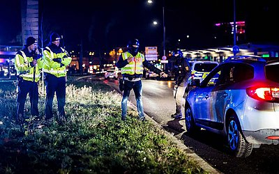 Polícia alemã controla veículos na fronteira entre França e Alemanha em Kehl, após um atirador matar pelo menos três pessoas e ferir 12 pessoas no mercado de Natal em Estrasburgo.