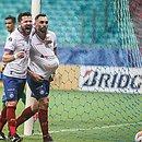 Rossi e Gilberto em comemoração pelo gol do Bahia