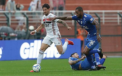 Alexandre Pato é marcado por Dedé no Pacaembu