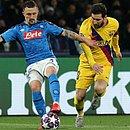 Messi sofre com a marcação do Napoli durante jogo de ida das oitavas de final da Liga dos Campeões