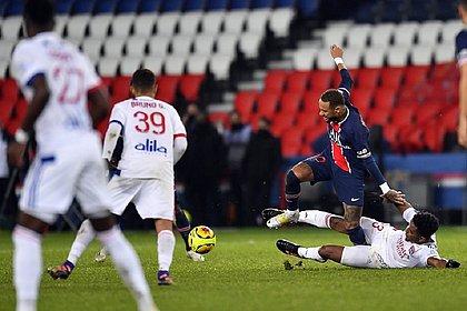 Thiago Mendes acabou machucado Neymar após esta falta