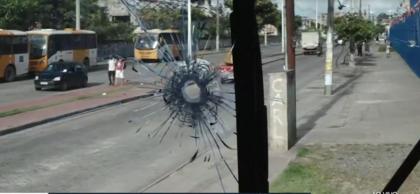 Assalto a ônibus termina em tiroteio no Aquidabã