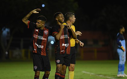 Wesley se emociona ao marcar pela primeira vez como jogador profissional; Matheus Rocha vibra junto
