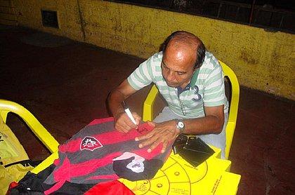 André Catimba autografando a camisa do Vitória