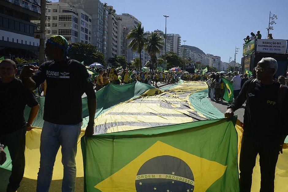 Em Copacabana, manifestantes estenderam a bandeira do Brasil em Copacabana
