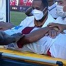 Zagueiro Edson deixa o estádio Carneirão desacordado em ambulância