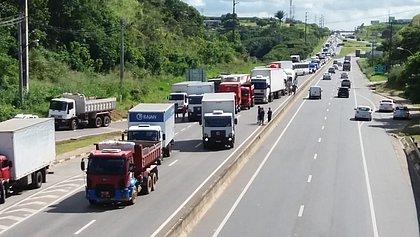 Caminhoneiros fazem manifestação e bloqueiam rodovias baianas