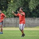 Técnico Rodrigo Chagas fez um gesto que se assemelha ao praticado pelos árbitros quando vão checar uma decisão após orientação do VAR