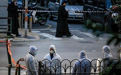 Investigadores gregos fazem a perícia no local onde houve a explosão de uma bomba do lado de fora de uma igreja ortodoxa, no centro de Atenas ferindo um policial.