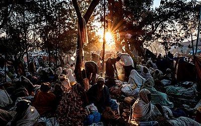 Peregrinos da Igreja Ortodoxa Etíope descansam em um dos acampamentos do caminho em Lalibela. O Natal ortodoxo etíope, chamado Ledet ou Genna é comemorado hoje.  As onze igrejas são Património Mundial da UNESCO.