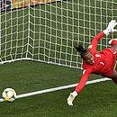 Bárbara não alcança a bola no lance do segundo gol da Austrália