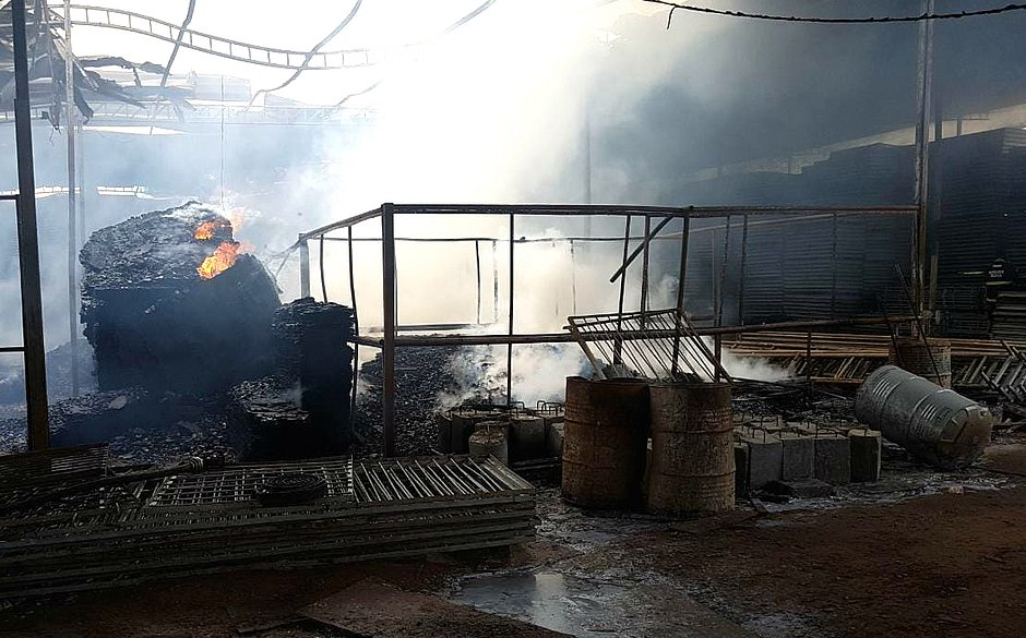 Incêndio atinge fábrica de toldos em Simões Filho